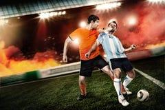 Fußballspieler trat zum Gesicht anderen Spieler lizenzfreies stockfoto
