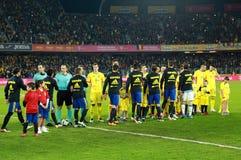 Fußballspieler von Spanien und von Rumänien geben das Feld ein Lizenzfreies Stockbild