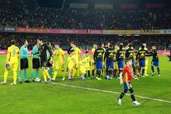 Fußballspieler von Spanien und von Rumänien geben das Feld ein Stockbilder
