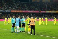 Fußballspieler von Spanien und von Rumänien geben das Feld ein Lizenzfreies Stockfoto