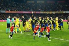Fußballspieler von Spanien und von Rumänien geben das Feld ein Lizenzfreie Stockbilder