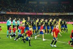 Fußballspieler von Spanien und von Rumänien geben das Feld ein Stockfotografie