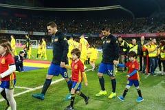 Fußballspieler von Spanien und von Rumänien geben das Feld ein Lizenzfreie Stockfotos