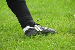 Fußballspielerfahrwerkbein stockfotos
