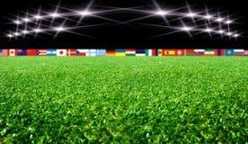 Fußballstadion mit Flaggen und Lichtern Lizenzfreie Stockfotos