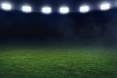 Fußballstadionsfeld nachts Lizenzfreie Stockbilder