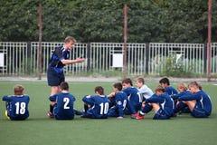 Fußballteam mit Trainer Stockbilder