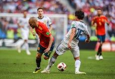 Fußballteammittelfeldspieler David Silva Spaniens nationaler gegen Russland-Mittelfeldspieler Yury Zhirkov stockfotografie