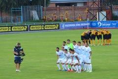 Fußballteams Desna Chernigiv und Alexandria werden in den vollen Gruppen vor Match fotografiert