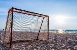 Fußballtor auf dem sonnigen Strand Stockbild