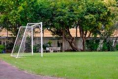 Fußballtor und kleine grüne Rasen zur Wiederholung spielen lizenzfreie stockbilder