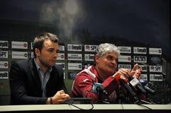 Fußballtrainer bei einer Pressekonferenz Stockbilder