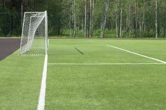 Fußballziel auf dem Gebiet Von, welchem der Schatten auf einem grünen Gras fällt Ein Blick mit einer Seite stockfoto
