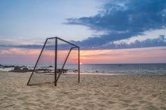 Fußballziel auf dem Strand lizenzfreie stockfotografie