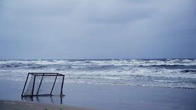 Fußballziel durch das Meer in einem Sturm stock footage