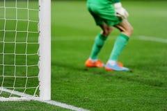 Fußballziel mit Torhüter im Hintergrund Stockfotos