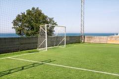 Fußballzieltür mit weißem Netz Fußballziel am Fußballplatz mit Stadion des grünen Grases und des Sports auf dem Campus, weiße Lin stockfotos