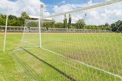 Fußbalzielnetz im Fußballplatzgras Lizenzfreie Stockfotografie