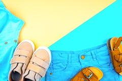 Fu?bekleidung und Kleidung auf einem modischen Farbhintergrund, Draufsicht, Sommerschuhe stockfoto