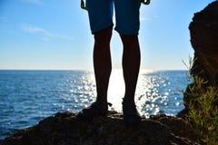 Fußbergsteiger auf einer Klippe stockfotos