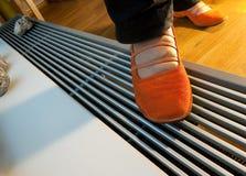 Fußbodenheizungs- und -frauenfahrwerkbeine lizenzfreie stockfotos