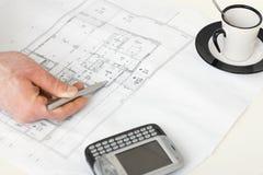 Fußbodenplan auf Schreibtisch des Architekten Stockbilder