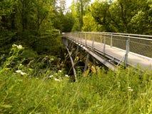 Fußbrücke über dem Fluss Stockfotos