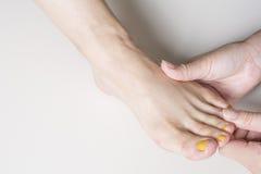 Fußfinger-Rückenwirbelmassage Lizenzfreies Stockbild