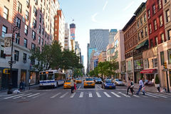 Fußgängerübergang auf einem Zebrastreifen entlang Madison Avenue New York City Stockbild