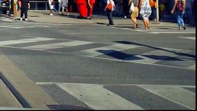 Fußgängerübergang-im Stadtzentrum gelegene Stadt-Straße Leute, die über beschäftigten Stadtstraße-Schnitt gehen crosswalk stock footage