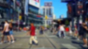 Fußgängerübergang-im Stadtzentrum gelegene Stadt-Straße mit Unschärfe-Effekt Leute, die über Straßen-Schnitt gehen stock video