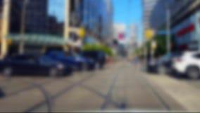 Fußgängerübergang-im Stadtzentrum gelegene Stadt-Straße mit Unschärfe-Effekt Leute, die über Straßen-Schnitt gehen stock footage