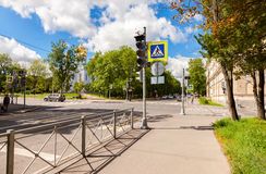 Fußgängerübergang mit weißer Markierung zeichnet auf Asphalt und Orth Stockfoto