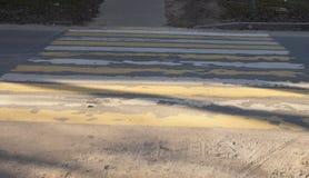 Fußgängerübergang, Zebra, weiß, gelb, abgenutzt, schlecht sichtbar, stockbilder