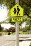 Fußgängerübergang-Zeichen Stockbild