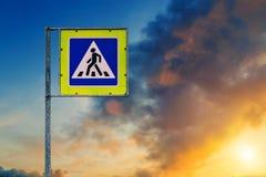 Fußgängerübergangzeichenabschluß oben lokalisiert lizenzfreie stockfotografie