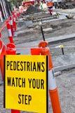 Fußgänger überwachen Ihren Jobstepp Lizenzfreie Stockfotografie