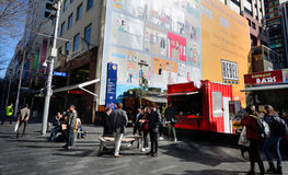 Fußgänger auf Elliott Street in Auckland CBD Stockbild