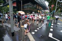 Fußgänger auf Straße Obstgarten-Straße in Singapur Stockfotografie