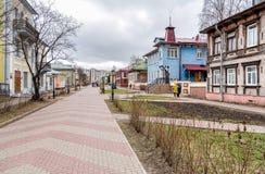 Fußgänger Chumbarova-Luchinskogoallee in Arkhangelsk, Russland stockbilder