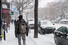 Fußgänger, der auf Heiliges Denis Street während des ersten Schneesturms geht Lizenzfreies Stockbild