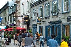 Fußgänger, der französischen Charme der alten Stadt erforscht stockfotografie