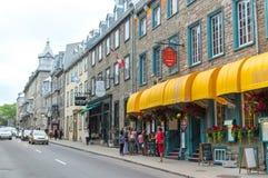 Fußgänger, der französischen Charme der alten Stadt erforscht lizenzfreie stockfotos