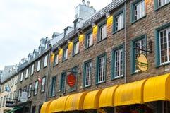 Fußgänger, der französischen Charme der alten Stadt erforscht stockfotos