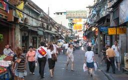Fußgänger an der Straße in Chinatown Lizenzfreie Stockbilder