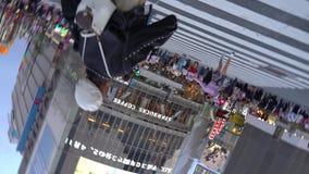 Fußgänger, die auf im Stadtzentrum gelegene Shibuya-Überfahrt am Abend gehen stock video footage