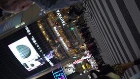 Fußgänger, die auf im Stadtzentrum gelegene Shibuya-Überfahrt gehen stock video