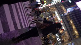 Fußgänger, die auf im Stadtzentrum gelegene Shibuya-Überfahrt nachts 4K UHD gehen stock video footage