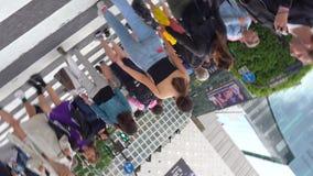Fußgänger, die auf im Stadtzentrum gelegene Shibuya-Überfahrt in Tages-4K UHD gehen stock footage