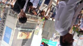 Fußgänger, die auf im Stadtzentrum gelegene Shibuya-Überfahrt in Tages-4K UHD gehen stock video